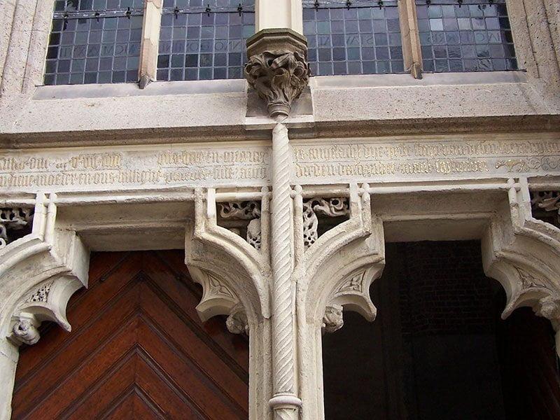 Hoofdingang Jacobskerk Winterswijk met tekst boven het portaa