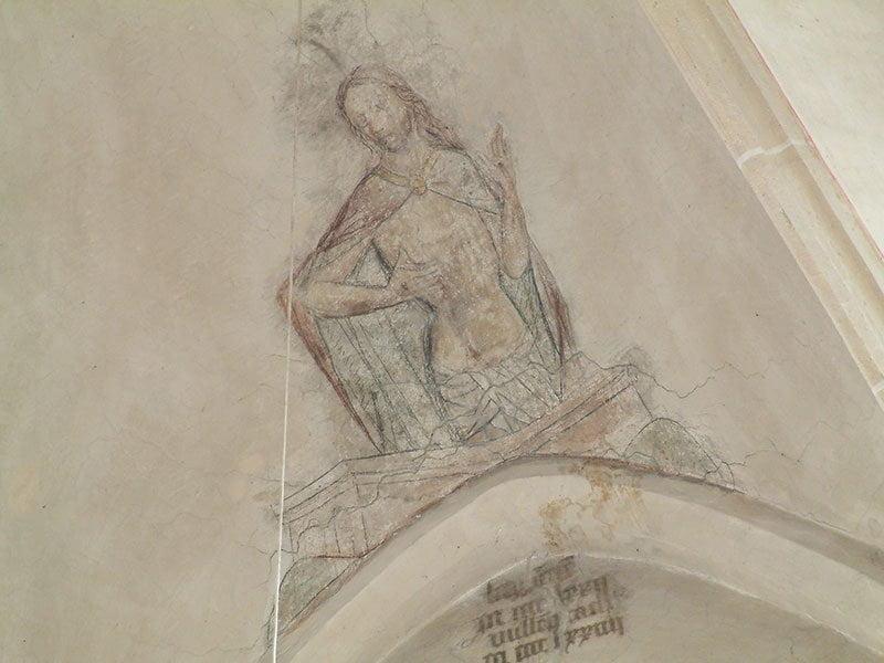 Jacobskerk Winterswijk, muurschildering van Christus die uit het graf opstaat en wijst naar zijn wonden