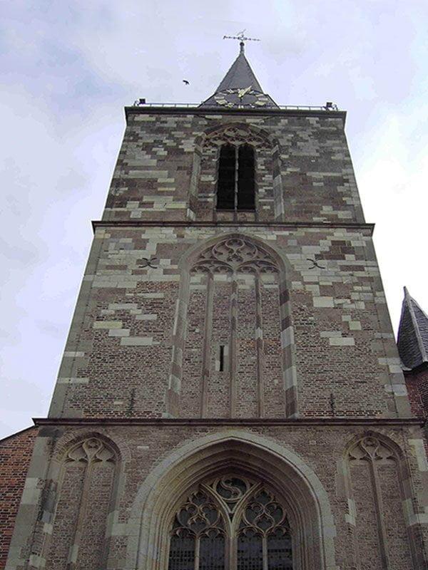 Jacobskerk Winterswijk met duidelijk zichtbaar de verschillende stenen die zijn gebruikt voor de bouw van de toren.